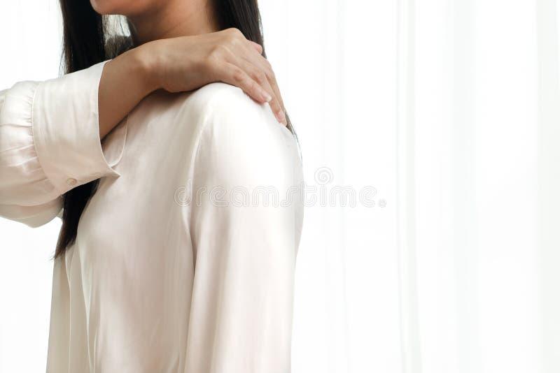 Νέος λαιμός γυναικών και τραυματισμός πόνου ώμων, υγειονομική περίθαλψη και ιατρική έννοια στοκ φωτογραφίες