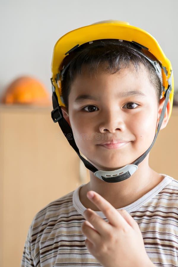 Νέος μηχανικός αγοριών στοκ εικόνες με δικαίωμα ελεύθερης χρήσης