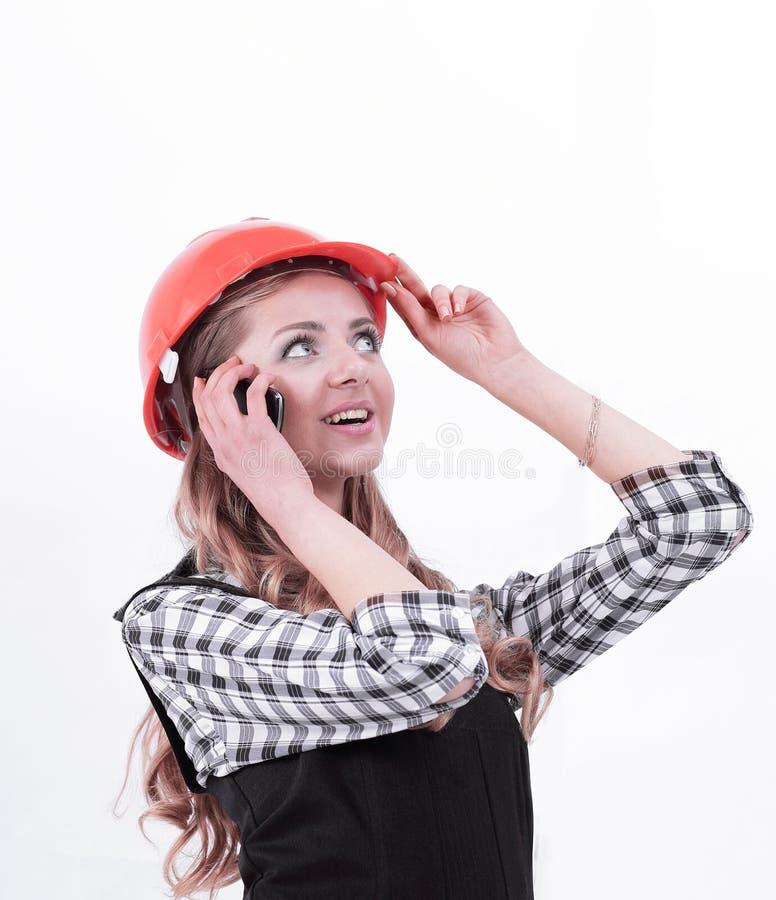 Νέος μηχανικός γυναικών που μιλά στο κινητό τηλέφωνο στοκ φωτογραφίες