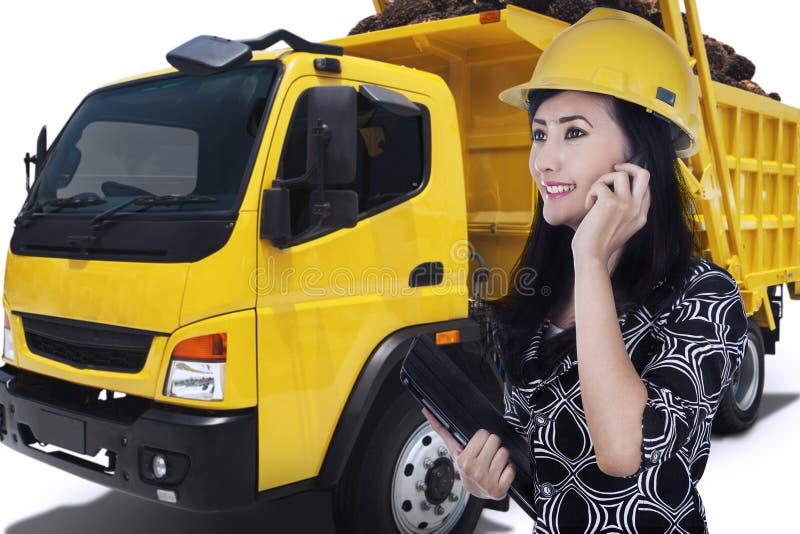 Νέος μηχανικός που μιλά τηλεφωνικώς στοκ εικόνες