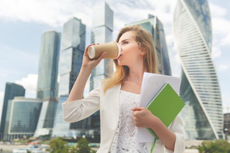 Νέος μοντέρνος καφές κατανάλωσης γυναικών στοκ φωτογραφία με δικαίωμα ελεύθερης χρήσης