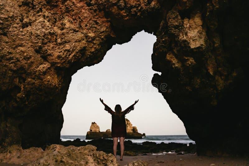 Νέος μόνιμος εορτασμός γυναικών κάτω από μια αψίδα θάλασσας στοκ φωτογραφία