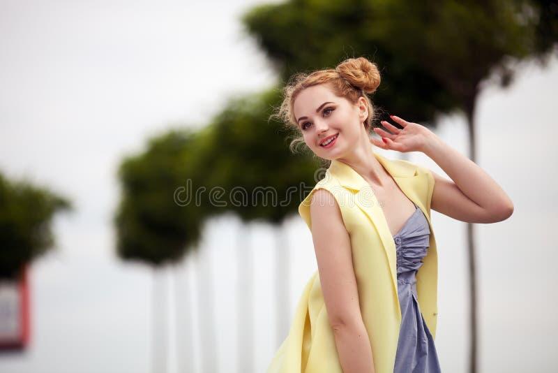 νέος προκλητικός όμορφος ξανθός κοριτσιών hipster με το κόκκινο πορτρέτο χειλικών κινηματογραφήσεων σε πρώτο πλάνο στοκ εικόνα με δικαίωμα ελεύθερης χρήσης