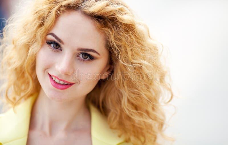 Νέος προκλητικός όμορφος ξανθός κοριτσιών hipster με το κόκκινο χειλικό γέλιο στοκ εικόνα