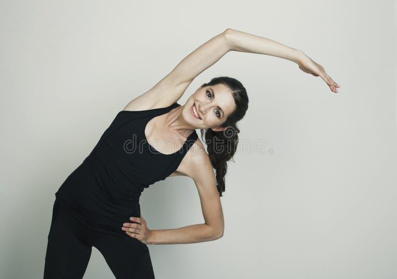 Νέος πυροβολισμός στούντιο άσκησης γυναικών ομορφιάς που απομονώνεται στοκ φωτογραφία με δικαίωμα ελεύθερης χρήσης