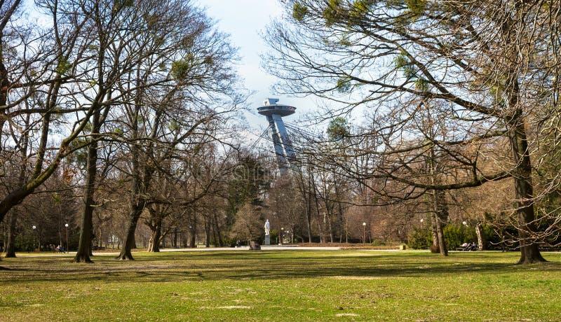 Νέος πυλώνας γεφυρών με το εστιατόριο UFO επάνω από treetops πάρκων, Μπρατισλάβα, Σλοβακία στοκ φωτογραφία με δικαίωμα ελεύθερης χρήσης