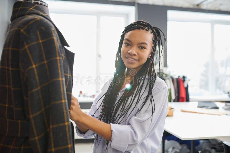 Νέος ράφτης που στέκεται με το νέο σακάκι στοκ εικόνες