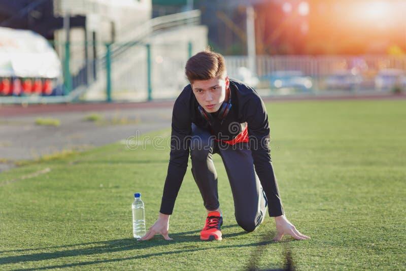 Νέος δρομέας αθλητών σε μια θέση της ετοιμότητας να αρχίσει στοκ εικόνες με δικαίωμα ελεύθερης χρήσης