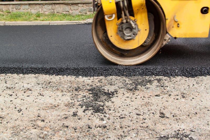 νέος δρόμος ασφάλτου Εργοστάσια οδικής ασφάλτου Οικοδομές στοκ φωτογραφία