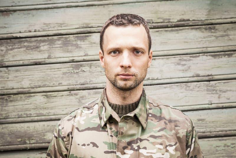 Νέος σοβαρός καυκάσιος στρατιωτικός στοκ εικόνα με δικαίωμα ελεύθερης χρήσης
