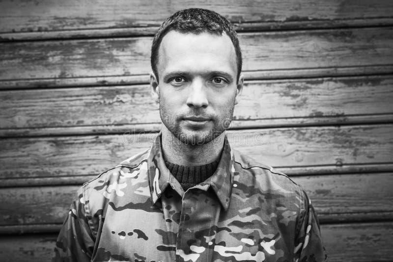 Νέος στρατιωτικός, μονοχρωματικό πορτρέτο στοκ εικόνα