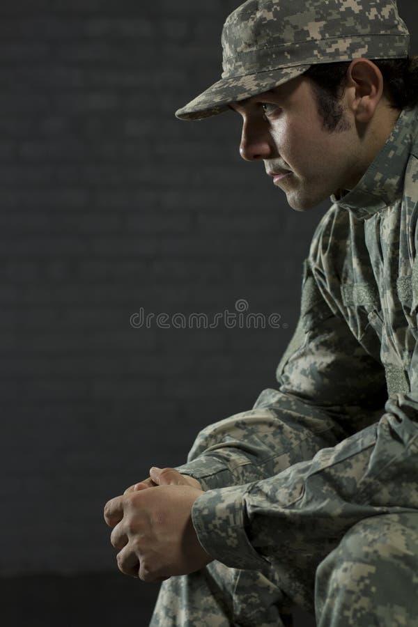 Νέος στρατιωτικός που εξετάζει PTSD στοκ εικόνες