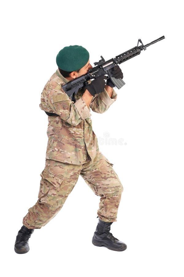Νέος στρατιώτης ή ελεύθερος σκοπευτής που στοχεύει με ένα τουφέκι στοκ φωτογραφία με δικαίωμα ελεύθερης χρήσης