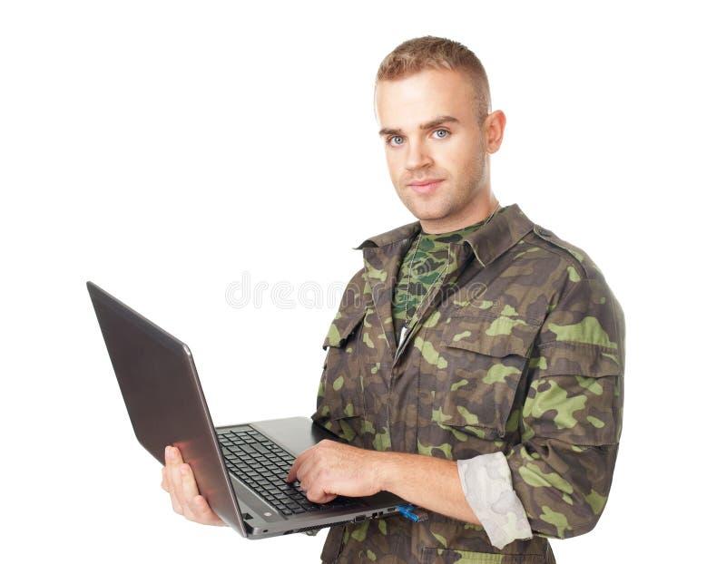 Νέος στρατιώτης στρατού με ένα lap-top στοκ εικόνα με δικαίωμα ελεύθερης χρήσης