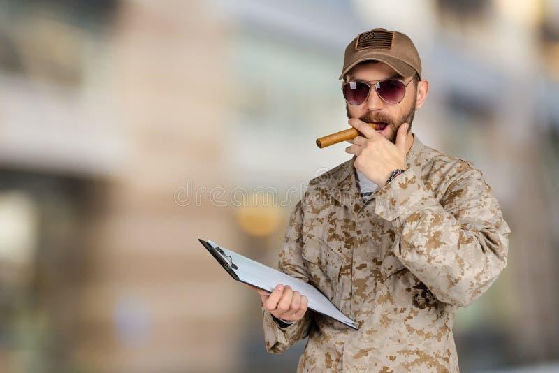Νέος στρατιώτης στρατού με μια περιοχή αποκομμάτων στοκ εικόνες