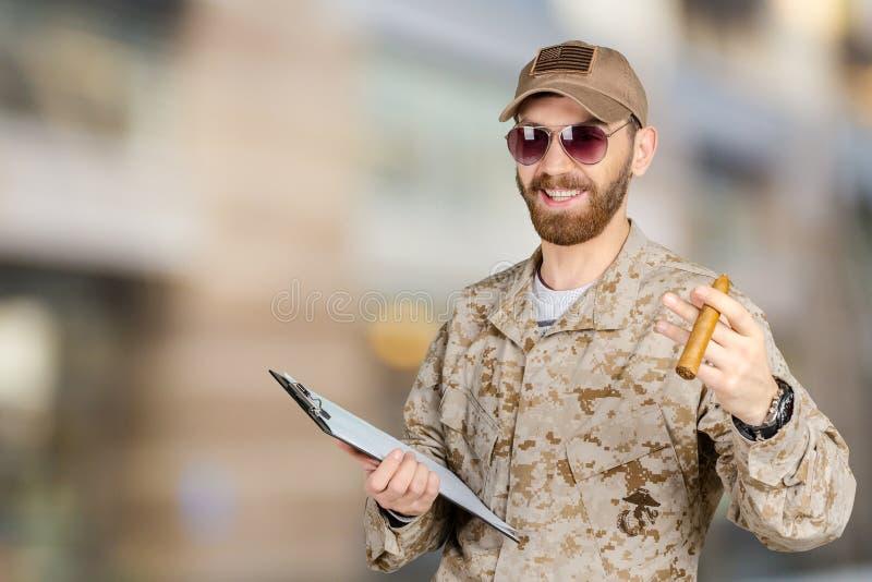 Νέος στρατιώτης στρατού με μια περιοχή αποκομμάτων στοκ εικόνα