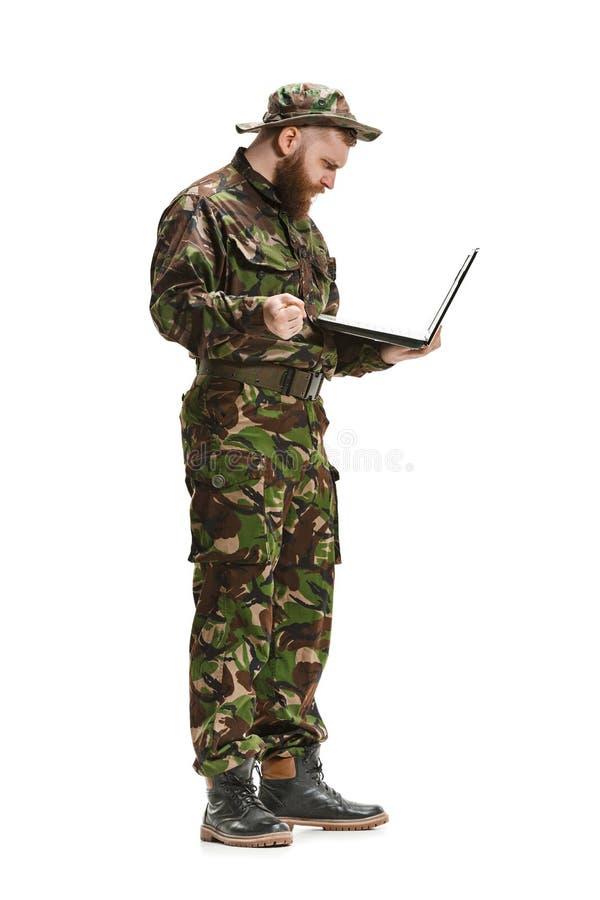 Νέος στρατιώτης στρατού που φορά την κάλυψη ομοιόμορφη που απομονώνει στο λευκό στοκ φωτογραφίες με δικαίωμα ελεύθερης χρήσης