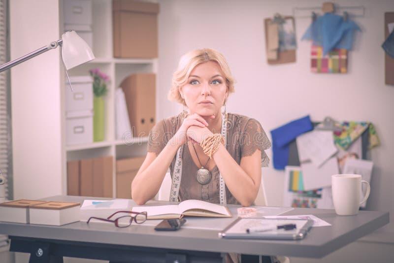 Νέος σχεδιαστής μόδας γυναικών που εργάζεται στο στούντιο στοκ εικόνες με δικαίωμα ελεύθερης χρήσης