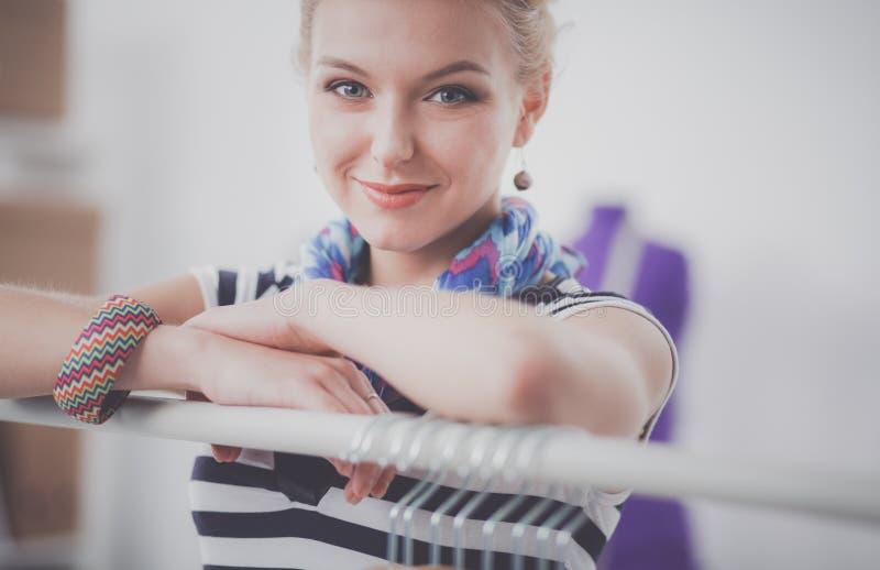 Νέος σχεδιαστής μόδας γυναικών που εργάζεται στο στούντιο στοκ φωτογραφία με δικαίωμα ελεύθερης χρήσης