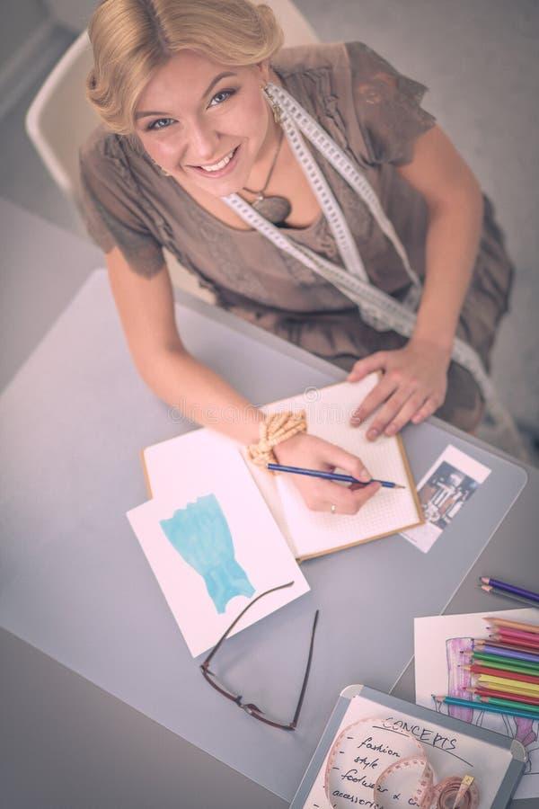 Νέος σχεδιαστής μόδας γυναικών που εργάζεται στο στούντιο στοκ εικόνες