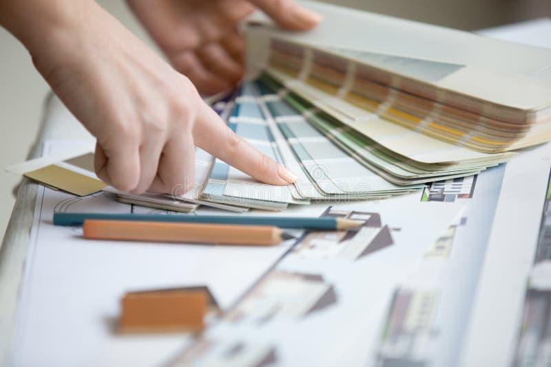 Νέος σχεδιαστής που εργάζεται με την παλέτα χρώματος στοκ εικόνα με δικαίωμα ελεύθερης χρήσης
