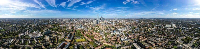 Νέος σύγχρονος εναέριος ορίζοντας πόλεων του νότιου Λονδίνου με την άποψη πανοράματος 360 βαθμού στοκ εικόνες