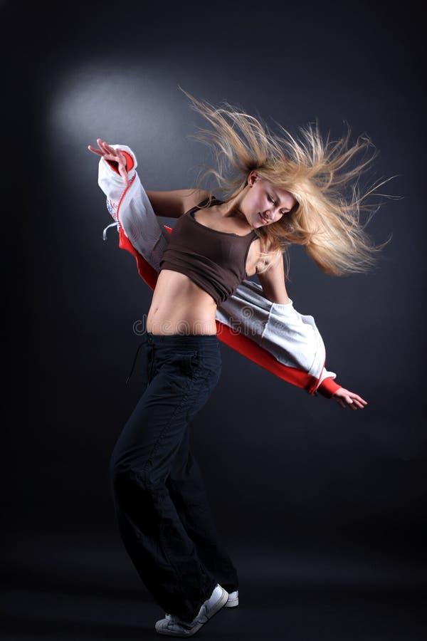 Νέος σύγχρονος χορευτής γυναικών στοκ εικόνες