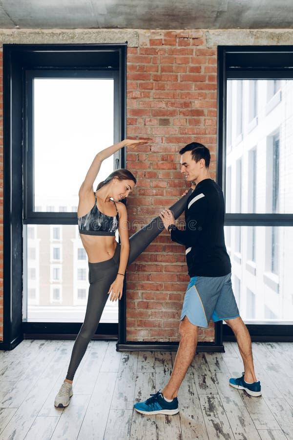 Νέος ταλαντούχος χορευτής που κάνει το ζέσταμα πριν από την κατάρτιση στοκ εικόνες