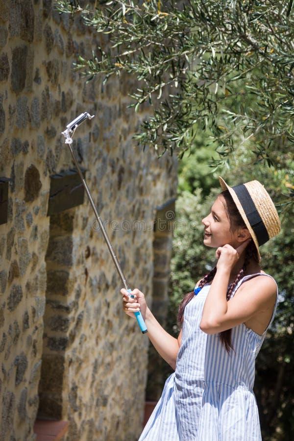 Νέος ταξιδιώτης που κάνει selfie Κορίτσι στο καπέλο αχύρου στοκ φωτογραφία με δικαίωμα ελεύθερης χρήσης