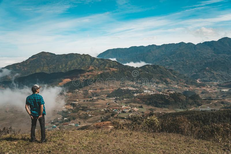 Νέος ταξιδιώτης που στέκεται και που εξετάζει την άποψη της φύσης σε Sapa Βιετνάμ στη περίοδο βροχών άτομο να εξετάσει βουνών στοκ εικόνες με δικαίωμα ελεύθερης χρήσης