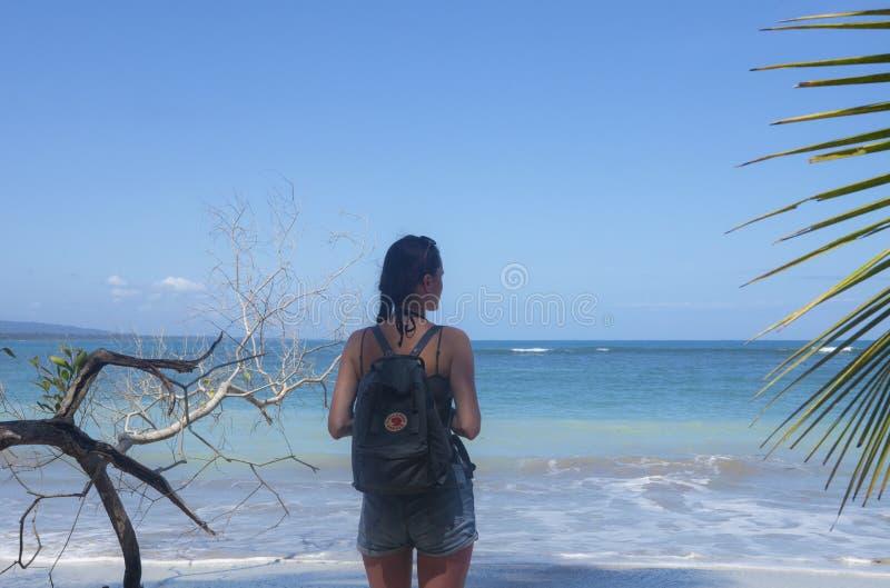 Νέος ταξιδιώτης που στο εθνικό πάρκο Cahuita με ένα πρακτικό Fjallraven Kanken backpak στοκ φωτογραφία με δικαίωμα ελεύθερης χρήσης