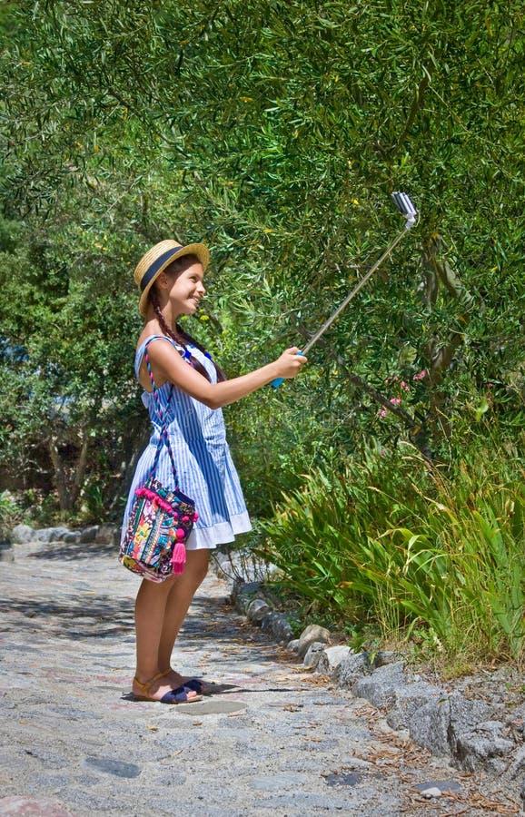 Νέος ταξιδιώτης που κάνει selfie Κορίτσι στο καπέλο αχύρου στοκ εικόνες