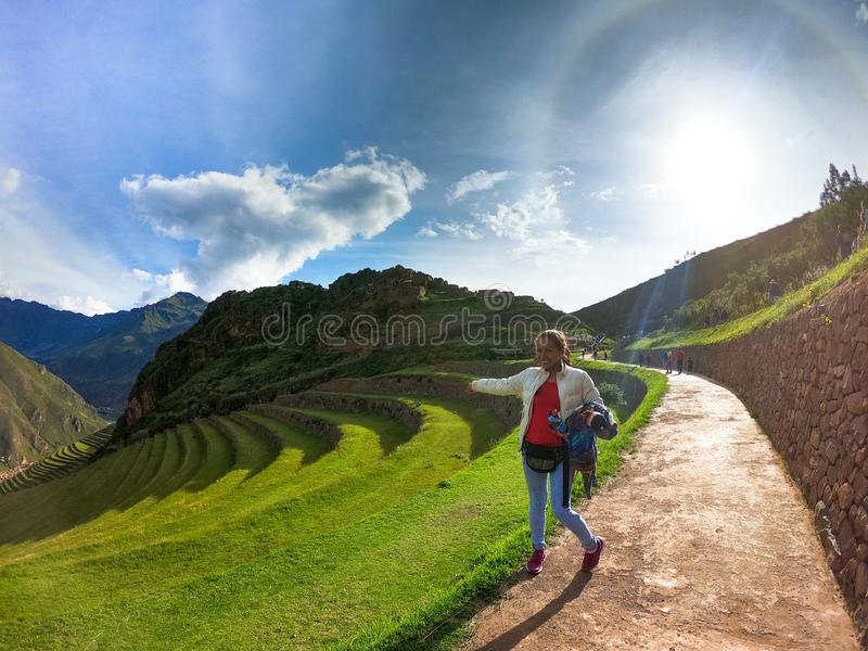 Νέος τουρίστας γυναικών που εξετάζει τις καταστροφές Pisac Inca στο Περού στοκ φωτογραφία με δικαίωμα ελεύθερης χρήσης