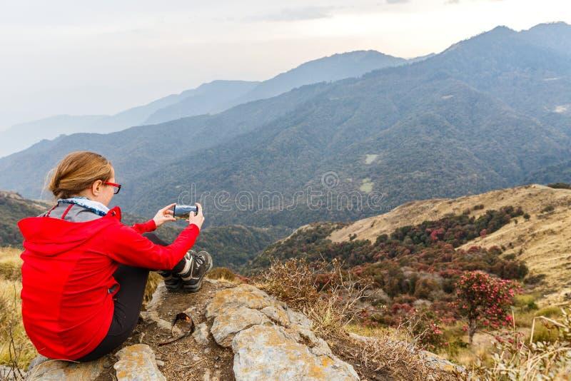 Νέος τουρίστας οδοιπόρων που παίρνει τη φωτογραφία στοκ φωτογραφία