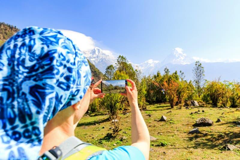 Νέος τουρίστας οδοιπόρων που παίρνει τη φωτογραφία στοκ φωτογραφία με δικαίωμα ελεύθερης χρήσης