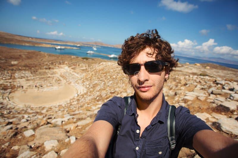 Νέος τουρίστας που παίρνει selfie Delos, Ελλάδα στοκ εικόνα