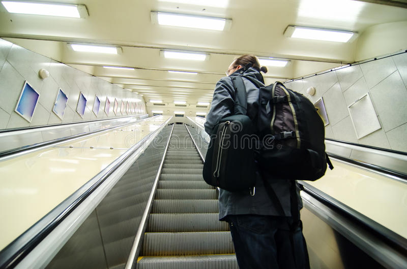 Νέος τουρίστας στην κυλιόμενη σκάλα υπογείων στοκ φωτογραφία