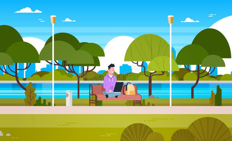 Νέος τύπος στο πάρκο που χρησιμοποιεί το φορητό προσωπικό υπολογιστή που κάθεται υπαίθρια στον πάγκο διανυσματική απεικόνιση
