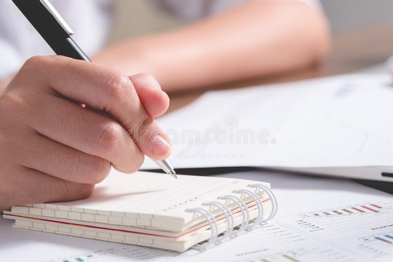 Νέος υπάλληλος γραφείων θηλυκών που γράφει στο υπόμνημα στοκ εικόνα με δικαίωμα ελεύθερης χρήσης