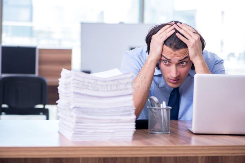 Νέος υπάλληλος δυστυχισμένος με την υπερβολική εργασία στοκ φωτογραφίες με δικαίωμα ελεύθερης χρήσης
