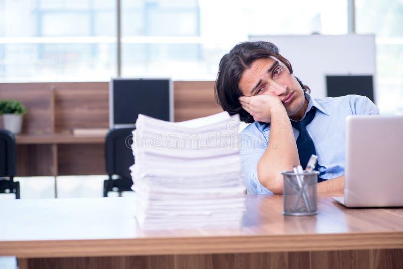 Νέος υπάλληλος δυστυχισμένος με την υπερβολική εργασία στοκ φωτογραφία με δικαίωμα ελεύθερης χρήσης