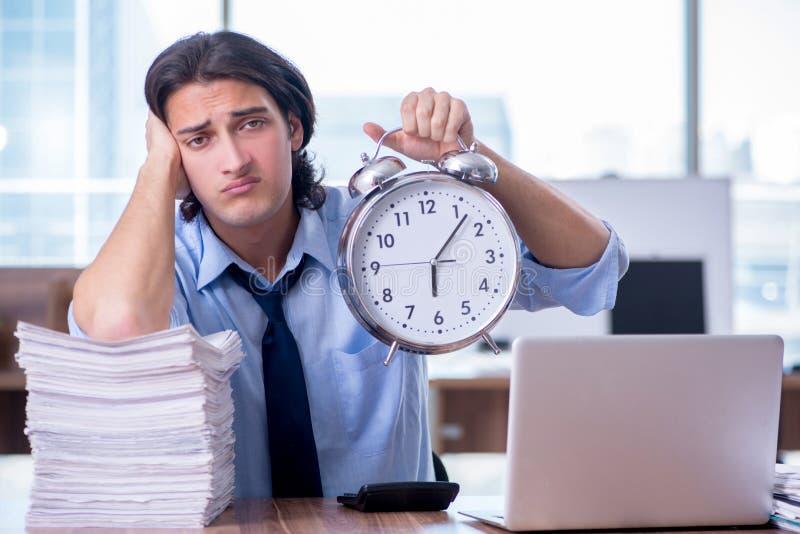 Νέος υπάλληλος δυστυχισμένος με την υπερβολική εργασία στοκ εικόνες