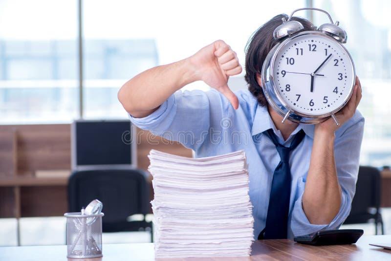 Νέος υπάλληλος δυστυχισμένος με την υπερβολική εργασία στοκ εικόνες με δικαίωμα ελεύθερης χρήσης