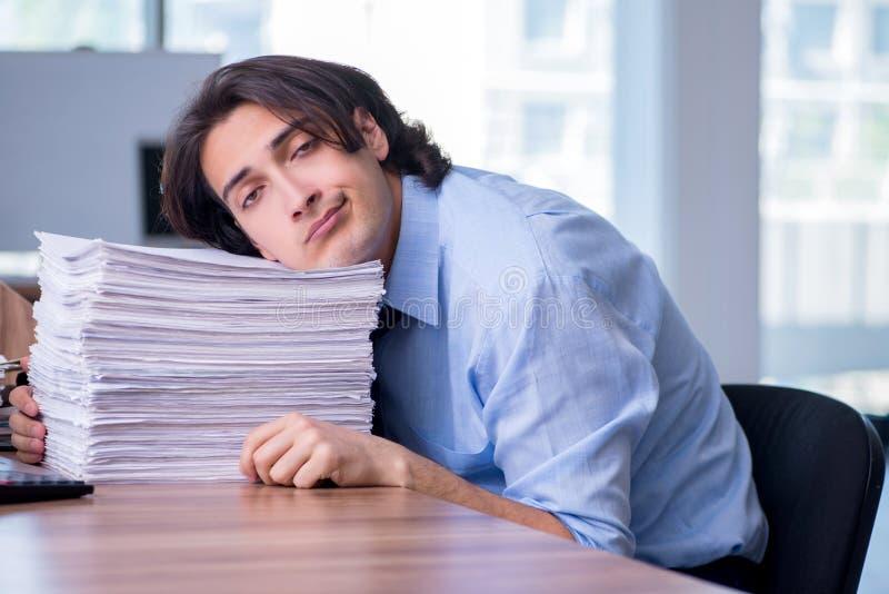Νέος υπάλληλος δυστυχισμένος με την υπερβολική εργασία στοκ φωτογραφία