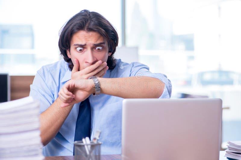 Νέος υπάλληλος δυστυχισμένος με την υπερβολική εργασία στοκ εικόνα με δικαίωμα ελεύθερης χρήσης
