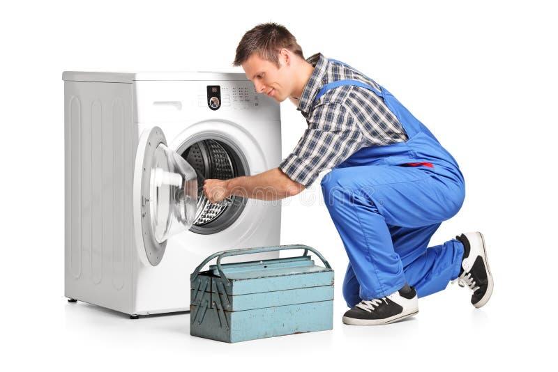 Νέος υδραυλικός που καθορίζει ένα πλυντήριο στοκ εικόνες