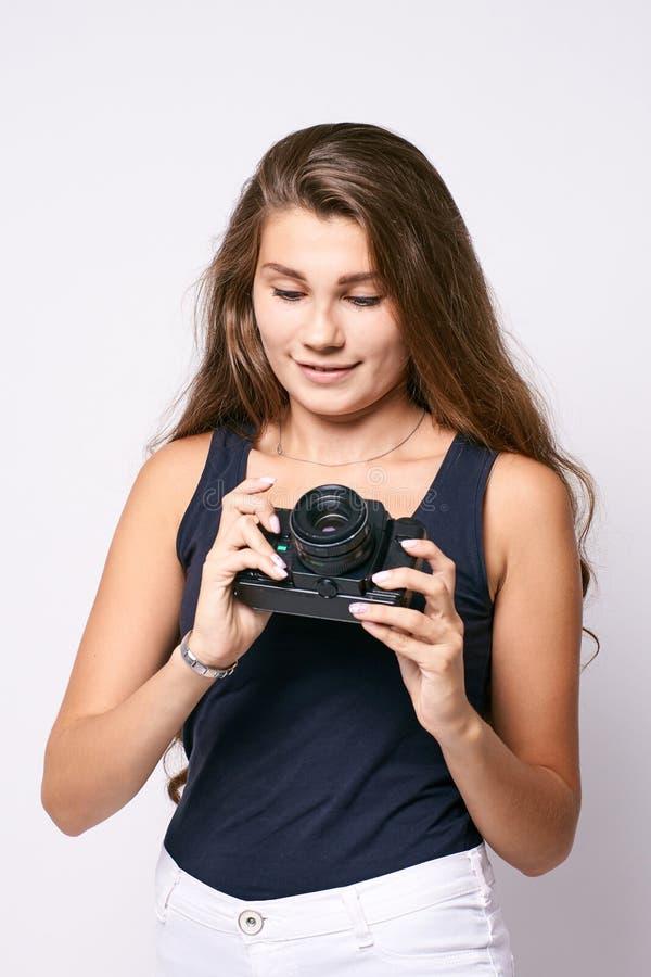 Νέος φωτογράφος Άσπρη ανασκόπηση Συγκεντρωμένος κοιτάξτε στοκ εικόνες