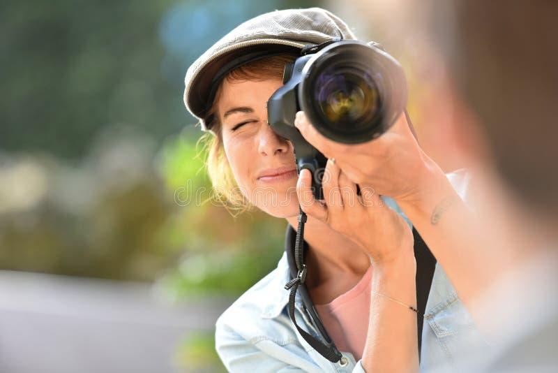 Νέος φωτογράφος γυναικών που κάνει τα πορτρέτα του προτύπου στοκ εικόνα με δικαίωμα ελεύθερης χρήσης