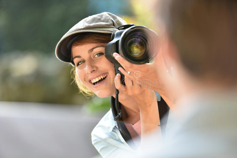 Νέος φωτογράφος γυναικών που παίρνει τα πορτρέτα του προτύπου της στοκ εικόνα