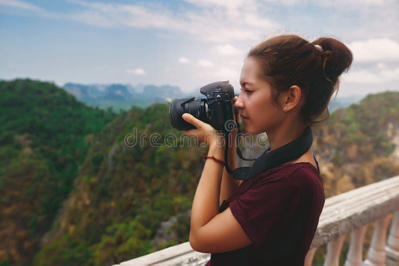 Νέος φωτογράφος γυναικών που πυροβολεί την τρομερή άποψη στοκ εικόνα